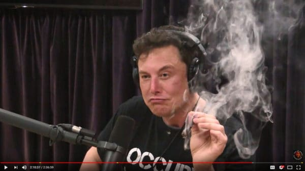 Elon Musk mentre fuma marijuana